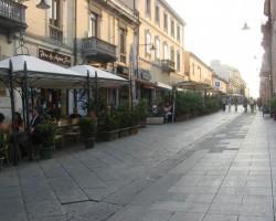 Neskaitāmās ielu kafejnīcās zem nojumes un zaļiem augiem