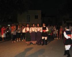 Kopā ar pašdarbniekiem dejā piedalās arī vietējie iedzīvotāji