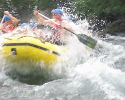 Raftings - pagarlaicīga nodarbe, bet iespēja sarunāt  kanjoningu...