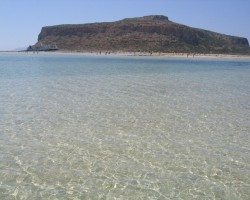 Gramvoussa pludmalē ūdens silts kā vannā