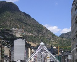 Andoras galvaspilsēta - Andorra la Vella ar Valiras kalnu upi...