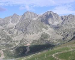 Pireneju kalnu masīvs...Andora...