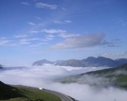 Virs mākoņiem Andoras Pirenejos...