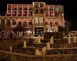 Kaut kāda smuki izgaismota māja Tbilisi