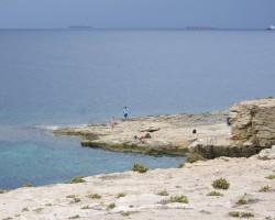 Normāla un dabiska Maltas pludmale..