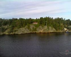 Zviedrija...māja no lielceļa tika kādi 10 m... vertikāli:)