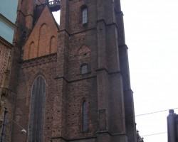 Tiltiņš starp baznīcas torņiem