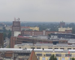 ... un uz otru pusi... Tikai no 17-stāvu ēkas augstuma... :))