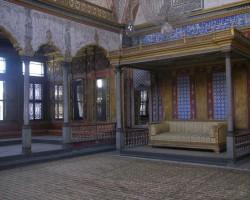Sultāns savas daudzās sievas uz šiem dīvānien sasēdināja, lai parunātos