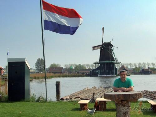 Portrets ar sirdsmājiņu, Nīderlandes karogu, vējdzirnavām un baltu vistu (Nīderlande)