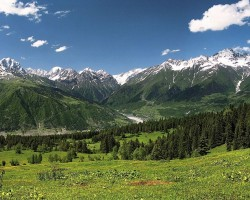 Augšējās Svanetijas ainava, fonā Kaukāza Galvenā grēda