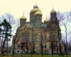 Mazliet sirreāli starp padomju blokmājām izskatās  Sv. Nikolaja jūras katedrāle (1903. g.)