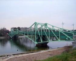 """Vairāk nekā 100 g. vecais """"izgriežamais"""" Kalpaka tilts pāri Karostas kanālam."""