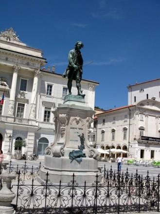 Piemineklis Džuzepem Tartīni - šeit dzimušam itāļu vijolniekam un komponistam (Slovēnija)