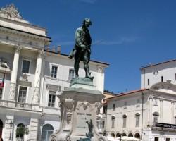 Piemineklis Džuzepem Tartīni - šeit dzimušam itāļu vijolniekam un komponistam