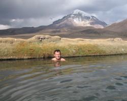 Kalnu ezerā, fonā vulkāns Sajama