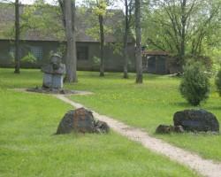 Džūkste, piemineklis latviešu leģionāriem, daļēji krievu saspridzināts