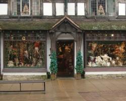 Ziemassvētku veikaliņs Stratfordā, no turienes bez iepirkumu nav iespējams iznākt:))