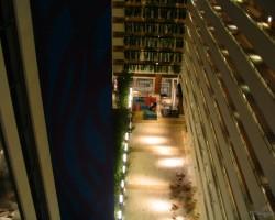 viesnīcas iekšējais pagalms Ņujorkā